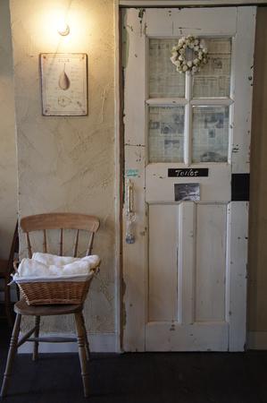 白いアンティークドア